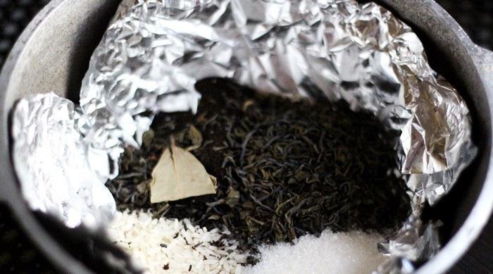 С помощью сахара, чая и риса