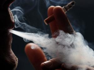 Используя дым из сигарет