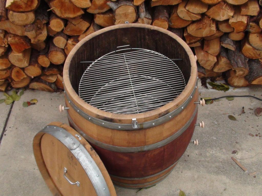 Коптильня из деревянной бочки