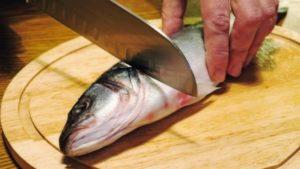Резка головы рыбы