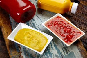 С горчицей и кетчупом