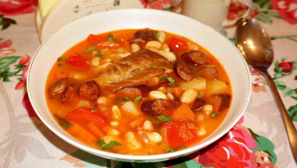 Фасолевый суп с копченостями