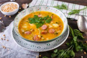 Гороховый суп с копченой грудкой и колбасой