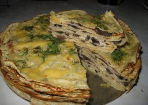 Закуска из блинов, копченой курицы и грибов