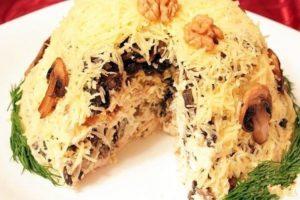 Салат «Поляна» с копченой курицей, черносливом, грецкими орехами и грибами