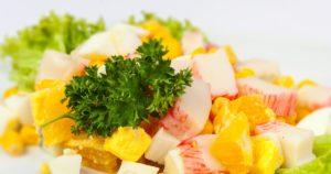 Салат из курицы, крабовых палочек и апельсина