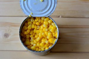 банка консервированной кукурузы;