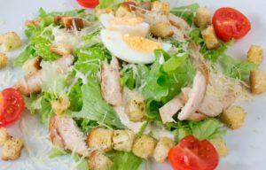 Простой рецепт «Цезаря» с помидорами черри и копченым окороком