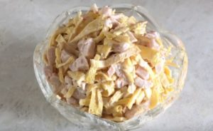 Салат с яичными блинами и копченой грудкой