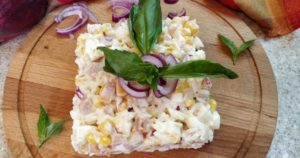 Салат из копченой курицы, кукурузы и риса