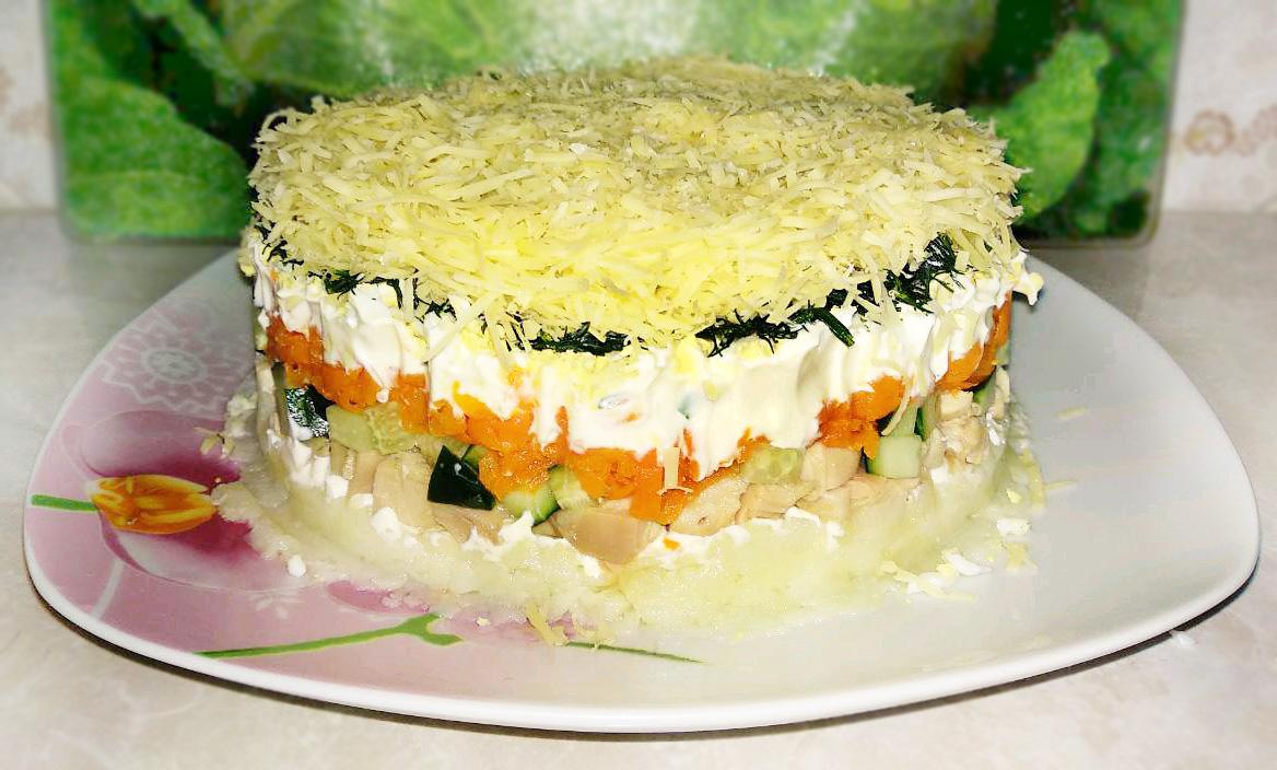 Салат с копченой курицей слоями