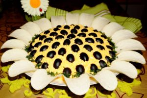 Красивый салат «Подсолнух» с копченой курицей, сыром и яйцами