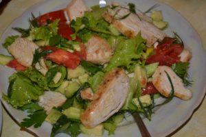 Салат с грудкой, огурцом и помидорами
