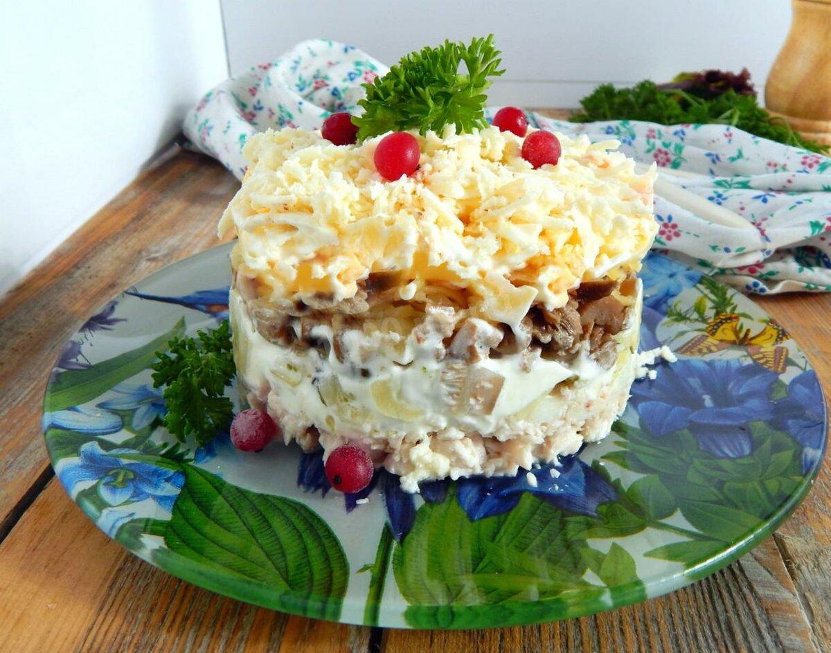 Салат с копченой курицей, с грибами и сыром