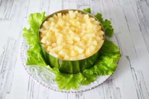 Слоеный салат «Ананасовое чудо»