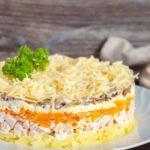 Салат с жареными грибами и копченой курицей