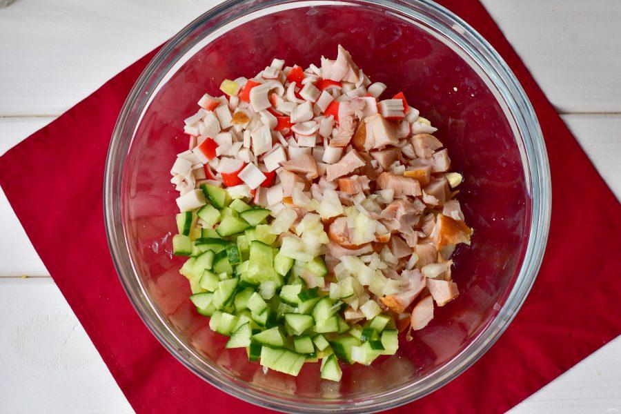 Салат с копченой курицей и крабовыми палочками