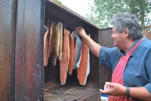 Правильное размещение тушек рыбы в коптильне