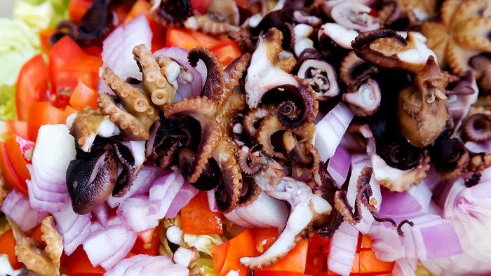 салат с копчеными щупальцами осьминога