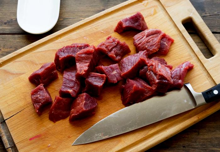 нарезка мяса на кусочки