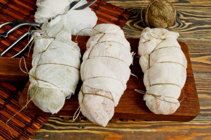 оборачивание мяса марлей